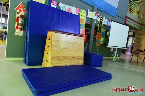 使馆向学校赠送的投影仪、体育器材等学习用具。
