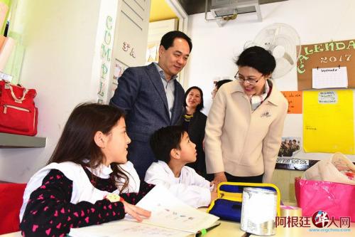 阿根廷布市中西文双语公立学校获赠学习用具。(阿根廷华人网)