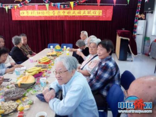 天津大学四季村社区归侨侨眷举办迎两节联谊会。钟欣 摄