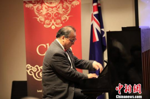 著名钢琴家吴建刚先生演奏《彩云追月》。 林丹 摄