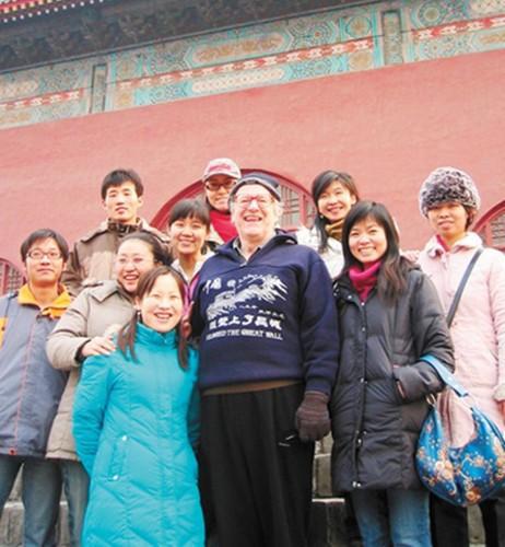 2006年12月,马克林教授和北外的学生们参观北京鼓楼。资料图片
