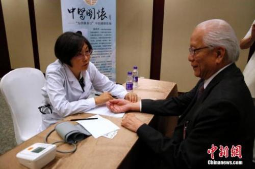 图为海外侨胞接受中医诊疗。<a target='_blank' href='http://www.chinanews.com/'>中新社</a>记者 李慧思 摄