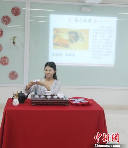 图为中国茶艺表演。 林永传 摄