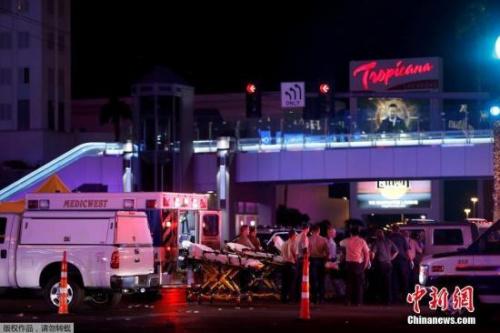 有目击者称,事发时,枪手从高处向人群射击,枪声持续时间超过5分钟。