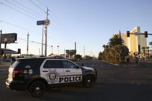 10月3日,在美国拉斯维加斯,警察封锁发生枪击事件现场周边的街道。(新华社/王迎 摄)