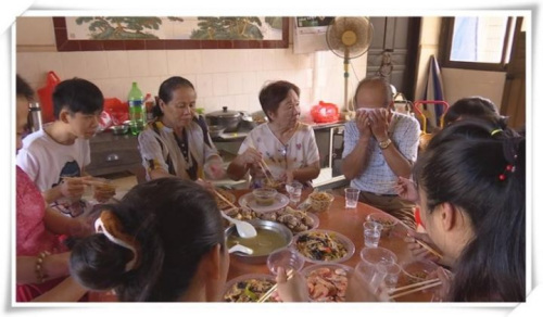 家人为王华凤准备了团圆饭