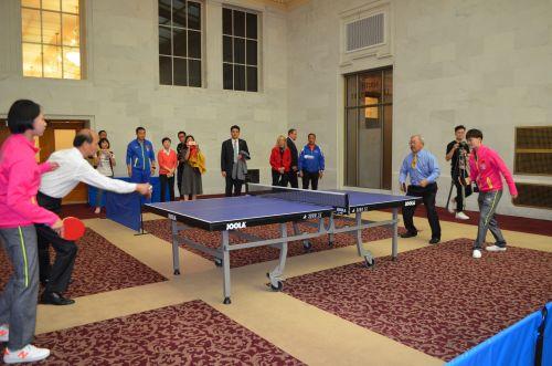旧金山市长李孟贤(右2)和旧金山总领事罗林泉(左2),在旧金山市政府大楼进行友好乒乓球比赛。(市长办公室提供)