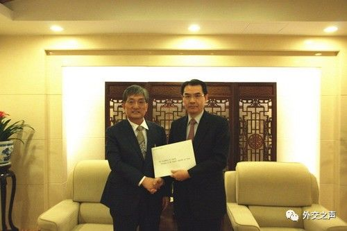 外交部礼宾司副司长吴江浩接受韩国新任驻华大使递交国书副本