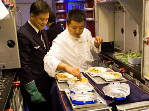 赵光有厨师在配餐。(《欧洲时报》/秦岭 摄)