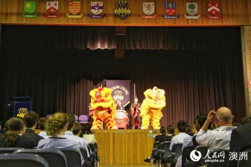 揭幕仪式上的舞狮表演。