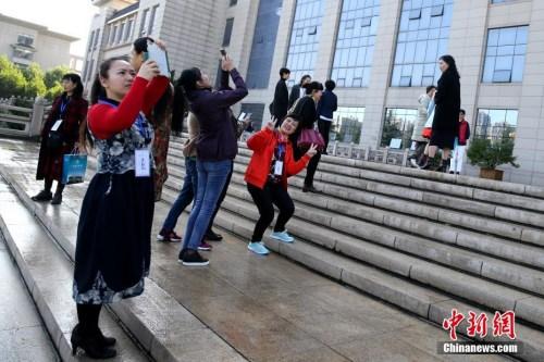 10月12日,学员们在校园内拍照留念。