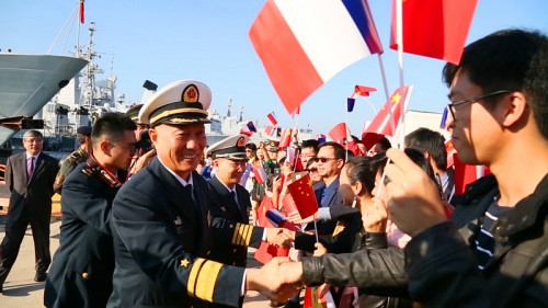海军少将王仲才问候前来欢迎编队到访法国的华侨华人、中资机构企业、留学生代表。(《欧洲时报》/记者欧文 摄)