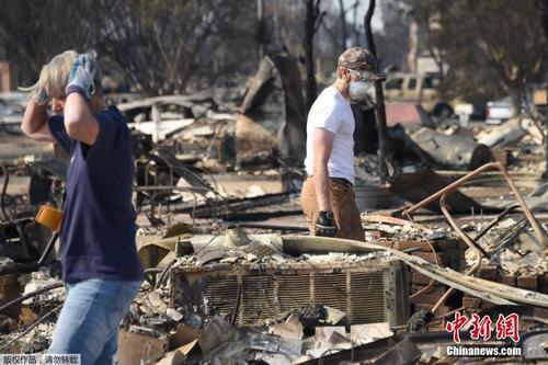 美国加州大火灾区的废墟。美国《世界日报》