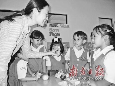孔菁华在印尼用游戏的方式教印尼小朋友学中文。