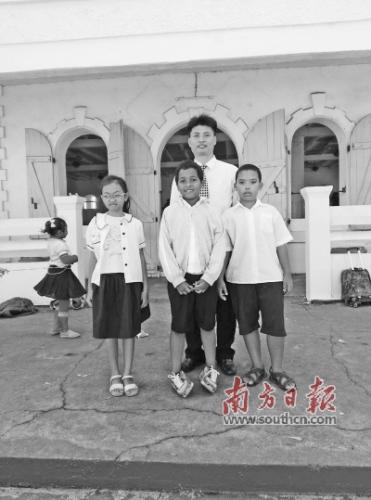 李朝军与塔马塔夫华侨学校的学生合影。