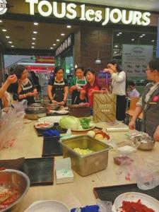 教成都市民做韩国泡菜(受访者供图)