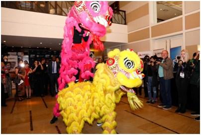 开普敦华星艺术团带来舞狮表演