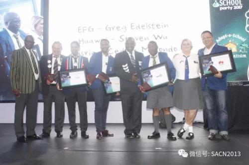 南非副总统拉马福萨为作出贡献的企业家颁发感谢状。(南非《华侨新闻报》)