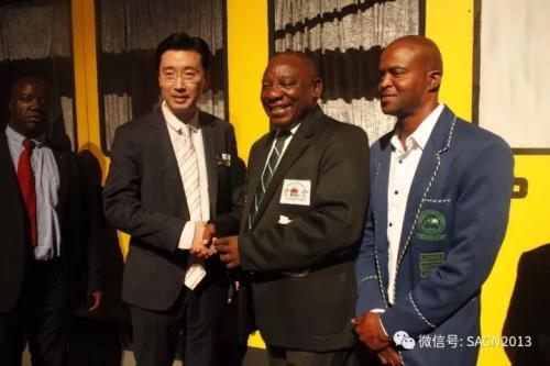出席慈善晚会的华人代表分别受到南非副总统拉马福萨的接见并合影。(南非《华侨新闻报》)