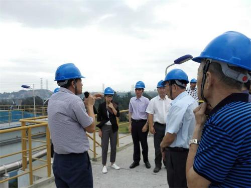 考察团听取公司环保设施建设与运营情况介绍
