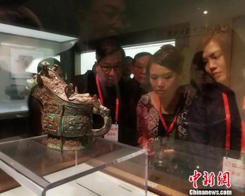 海外华校校董在山西博物院参观。 杨杰英 摄