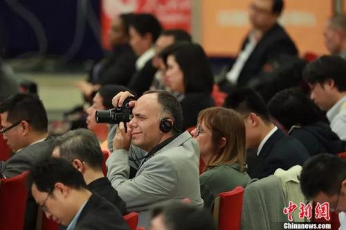 十九大新闻发布会上的外国记者。据悉,参与大会报道的外国记者来自134个国家,比十八大时增加19.6%。