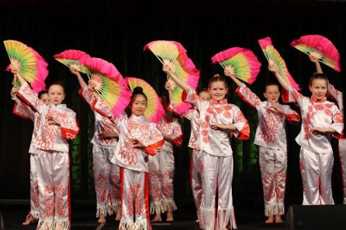 学生和中文助教还表演了精彩的节目奥克兰孔子学院