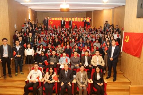 当地时间10月18日,中国驻法使馆教育处组织公派留学生观看十九大开幕会。(《欧洲时报》/记者黄冠杰 摄)