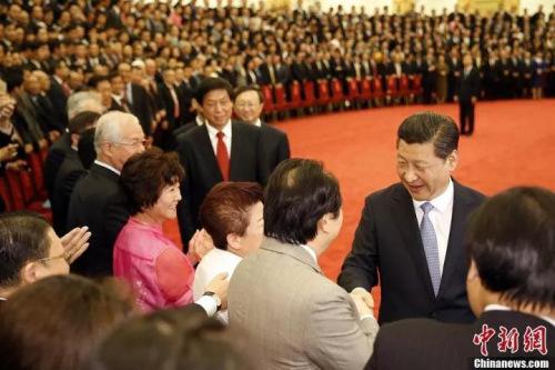 图为2014年6月6日,中共中央总书记、国家主席习近平在北京人民大会堂会见第七届世界华侨华人社团联谊大会代表。