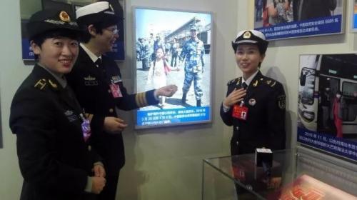 展览现场 右一为郭燕 解放军报记者 冯凯旋 摄