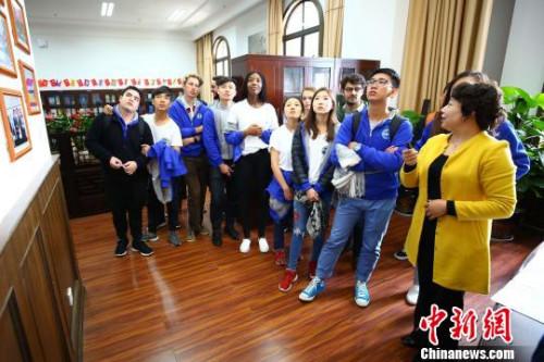 """图为营员参观云南大学""""一带一路""""研究院。 王崴 摄"""