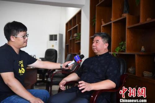 菲律宾侨商、福建省豪友投资集团董事长缪鸿接受中新网记者专访。 张斌 摄