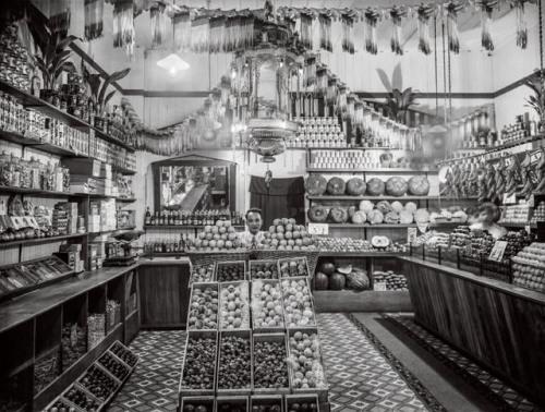 一家华人果蔬店,约1920 年代至1930年代 摄影:佚名 新西兰国家图书馆之亚历山大·特布尔图书馆 (Alexander Turnbull Library, National Library of New Zealand)