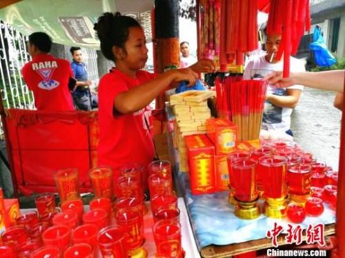 """""""亡人节""""华侨义山出售祭祖香烛的摊档。 关向东 摄"""