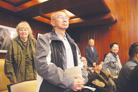 """""""历史性歧视华裔政策""""(HDC)顾问委员会成员出席温市议会支持道歉议案。(加拿大《明报》)"""