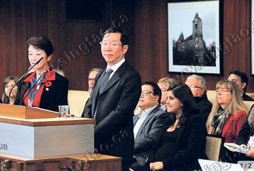 社会规划师黄永安(中)周二在温市议会,介绍就歧视历史向华人道歉的准备工作。左为温哥华助理市政经理区韵宜。(加拿大《星岛日报》)