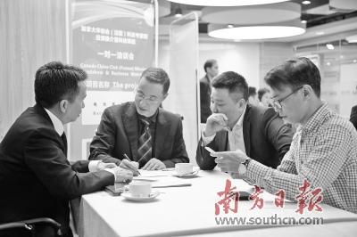 广东省侨办组织海外华商考察产业园区。