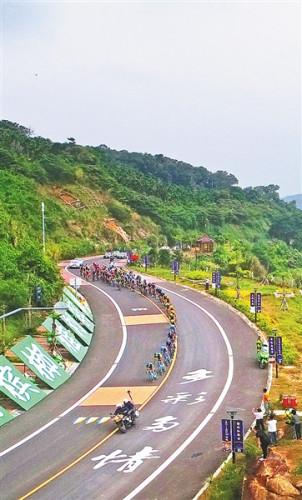 环岛赛选手经过万宁滨海旅游公路.