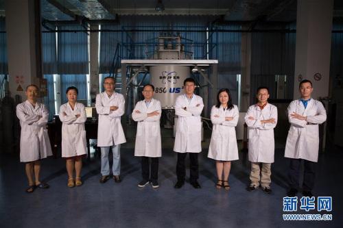 """王文超、张欣、张钠、王俊峰、刘青松、刘静、林文楚、任涛(从左至右)在中科院合肥物质科学研究院强磁场科学中心(8月17日摄)。哈佛""""八博士""""共聚合肥科学岛建起世界上最先进的强磁场实验装置的故事,是近年来""""归国圈里""""的美谈。"""