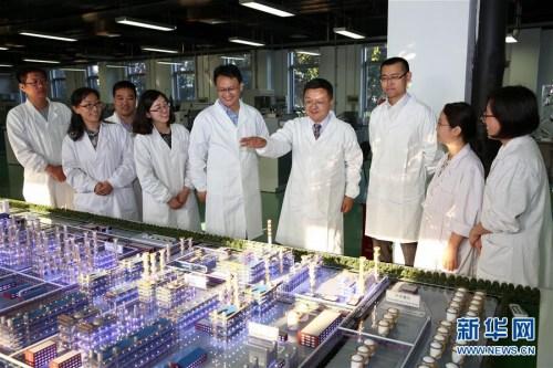在北京全国科创中心怀柔科学城的中科合成油技术有限公司,总经理、首席科学家李永旺(右四)和他的研究团队在一起讨论(5月18日摄)。如今,中科合成油与神华集团合作在宁煤投产成功煤制油项目,已占据世界全面领先优势。