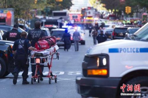 大量警力聚集在纽约卡车撞人袭击现场。 <a target='_blank' href='http://www.chinanews.com/'>中新社</a>记者 廖攀 摄