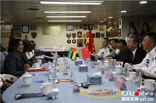 莫国防部卫生局长杜阿尔特女士与和平方舟指挥员管柏林、政委金毅等座谈