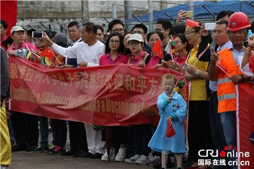 当地民众组成的舞狮队迎接和平方舟