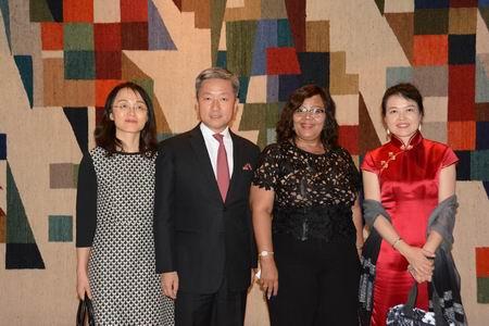 张大使夫妇与纳文化部长希马尔瓦、云南省文化厅王江红副厅长合影。