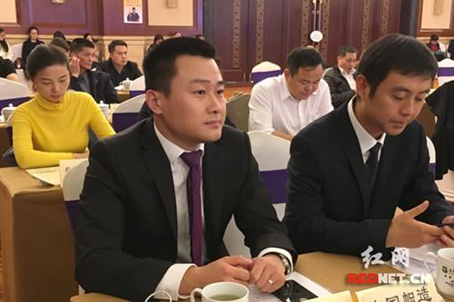 英国湖南商会副会长胡锴铁(前左)。