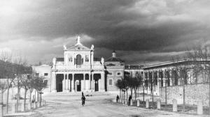 1942年,关押华侨的格拉萨索集中营——格拉萨索的天主教堂,晚上华侨们就被关押在图右的房子里