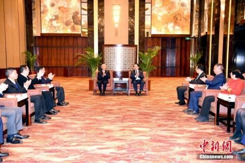 11月9日,国务院侨办副主任谭天星在北京会见香港浙江省同乡会联合会访问团。中新社记者 张勤 摄