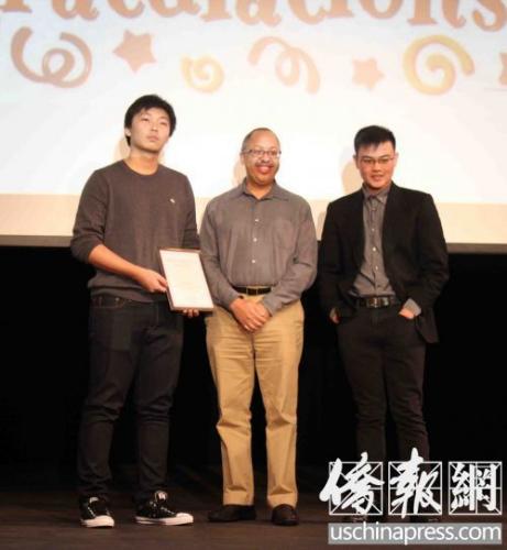 王资逸(左)在飞达文教基金会举行的颁奖暨慈善捐款活动上领奖。(美国《侨报》/张苗 摄)