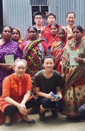 2016年王资逸(后排中)参加由张翊彬校长(前排左)和魏昕老师(后排右)带队到孟加拉的扶贫活动(美国《侨报》)