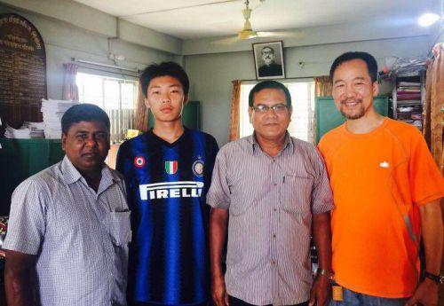 2016年夏季王资逸(左2)在孟加拉参加实习。右1是他的老师魏昕(美国《侨报》)